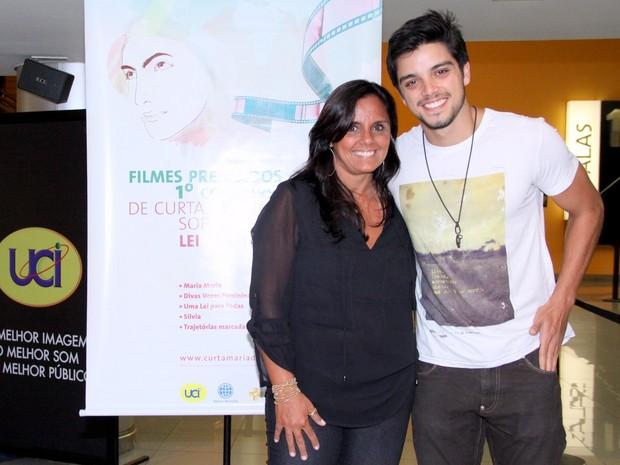 Rodrigo Simas e a mãe, Ana Simas, em evento no Rio (Foto: Alex Palarea/ Ag. News)