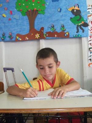 Ângelo Gabriel, filho da doméstica Rosângela de Jesus Oliveira, que não mede esforços para que filhos estudem, em Aparecida de Goiânia, Goiás (Foto: Elisângela Nascimento/G1)