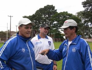 Técnico Paulo Roberto do Rio Claro acompanhado da comissão técnica (Foto: Assessoria RCFC)