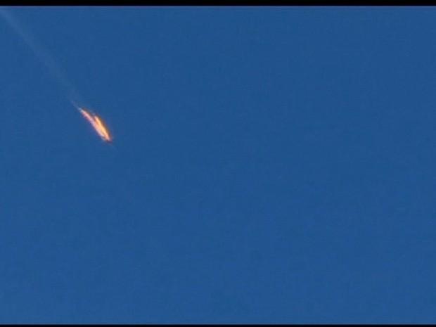 Avião militar russo é derrubado pela Turquia (Gnews) (Foto: Reprodução GloboNews)