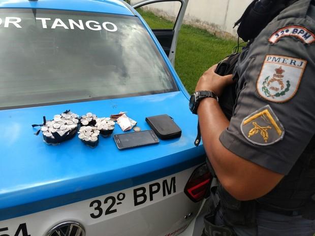 Suspeito foi detido com 62 embalagens nesta sexta-feira  (Foto: Divulgação/ Polícia Militar)