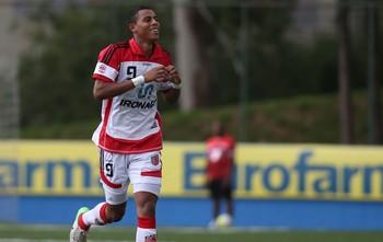 Copinha - Gustavo comemora gol do Taboão da Serra sobre o Grêmio (Foto: Marcos Bezerra/Agência Estado)