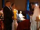 Noivos improvisam após igreja ficar sem luz na hora do casamento