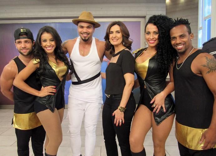 Fátima com o Naldo e as dançarinas do cantor  (Foto: Carolina Morgado/Gshow)