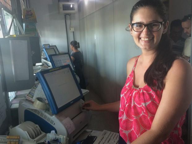 Caixa de lotéria está eufórica por registrar aposta vencedora em Aparecida de Goiânia, Goiás (Foto: Paula Resende/ G1)