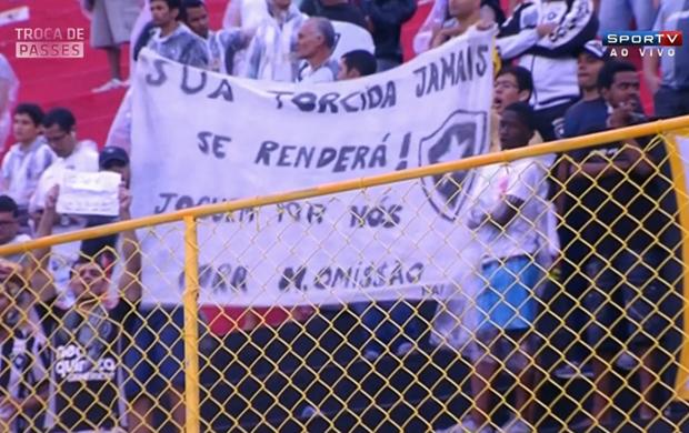 """Torcida protesta contra presidente do Botafogo: """"M. Omissão"""" (Foto: Reprodução SporTV)"""