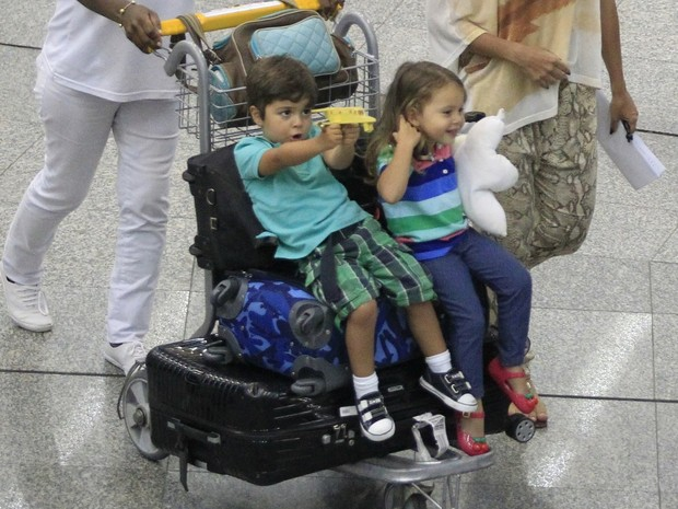 Pedro, filho mais velho de Juliana Paes, em aeroporto no Rio (Foto: Delson Silva e Dilson Silva/ Ag. News)
