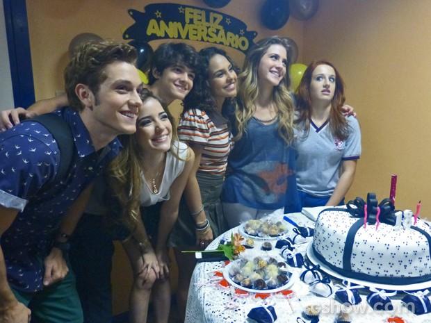 Hanna comemora aniversário com elenco (Foto: Malhação / TV Globo)