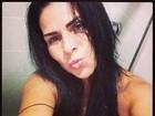 Após banho, Solange Gomes posa sem roupa e faz biquinho para foto