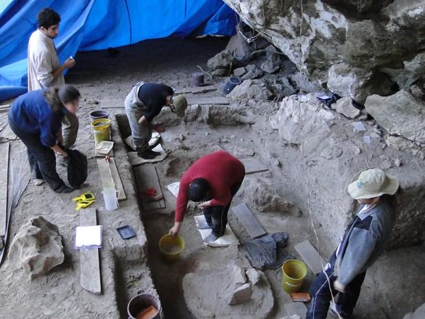Arqueólogos fazem escavações na Lapa do Santo, em Matozinhos (Foto: Alex Araújo/G1)