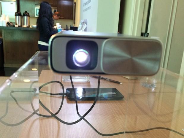 A Asus lançou na CES 2016 dois projetores móveis capazes de reproduzir o conteúdo de smartphones e tablets em paredes e outras superfícies (Foto: Divulgação)