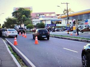 Barreira foi montada na  Avenida Humberto Calderaro (Foto: Gabriel Machado/G1 AM)
