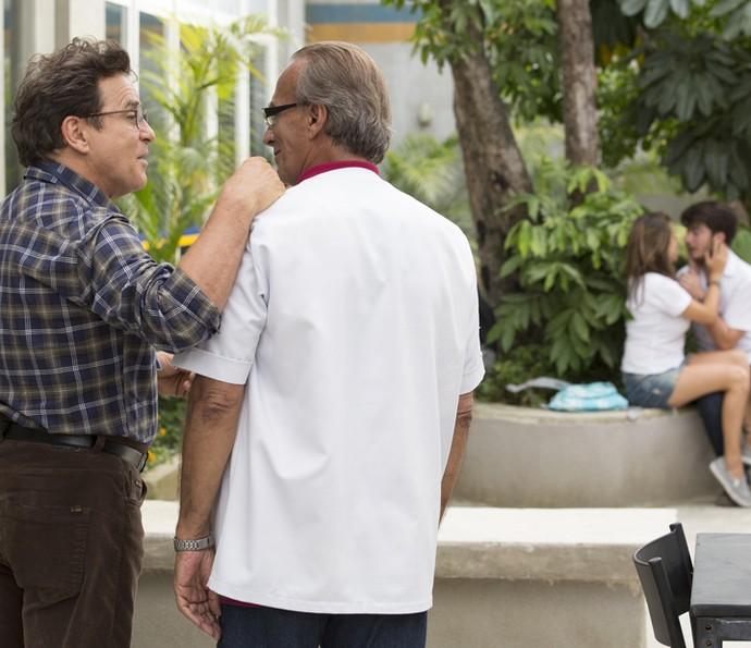Menelau e Idelfonso observam Camila e Henrique (Foto: Felipe Monteiro/Gshow)
