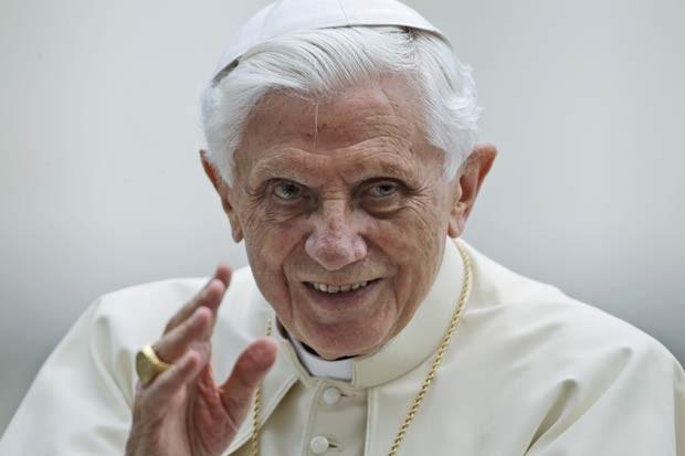 O papa Bento XVI dá sua bênção na audiência semanal desta quarta-feira (3) na Praça de São Pedro, no Vaticano (Foto: AP)