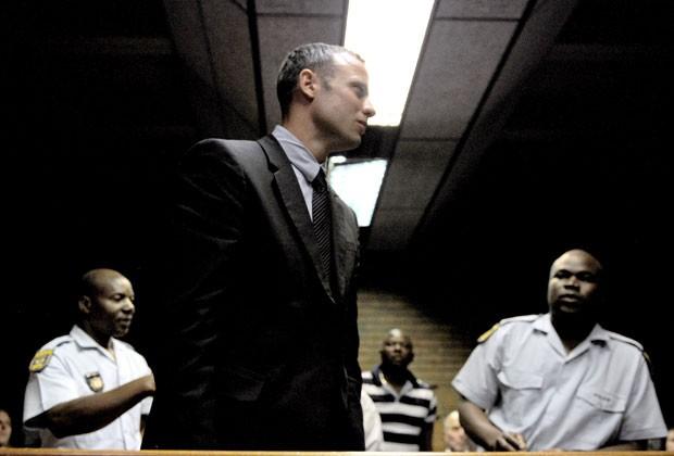 Oscar Pistorius deixa corte em Pretória após acusação de assassinato (Foto: AFP)