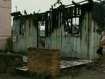 Incêndio atinge residência em Santa Rosa (Foto: Reprodução/RBS TV)