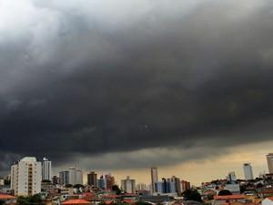 Nuvens carregadas na zona norte de São Paulo (SP), nesta quarta-feira (19). (Foto: Willians Queiroz/Futura Press/Estadão Conteúdo)