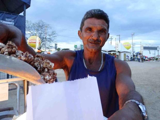 """""""É uma batalha, sabe?"""", conta Nilson Bonfim, pipoqueiro há 30 anos (Foto: Thays Estarque/ G1)"""