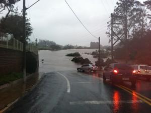 Único acesso asfaltado a Colinas, no Vale do Taquari, está bloqueado por causa da chuva (Foto: Bruna Ostermann/RBS TV)