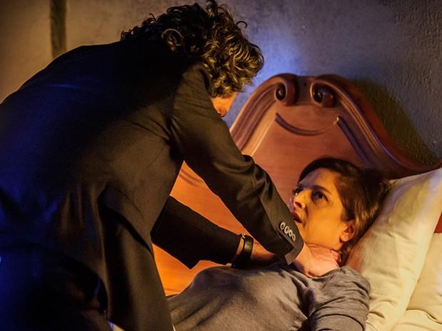 Cora se vê estrangulada por Zé Alfredo (Foto: Estevam Avellar/TV Globo)