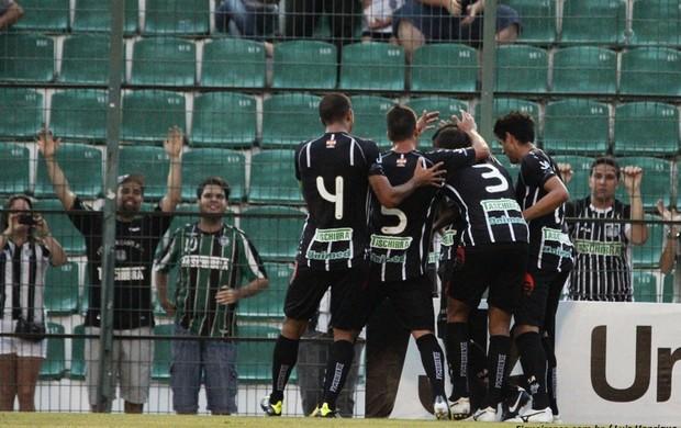 Jogadores comemoram gol na vitória do Figueirense sobre a Chapecoense (Foto: Luiz Henrique/ Figueirense)