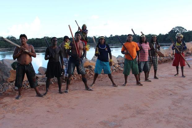 Imagem de 26 de junho mostra lideranças indígenas que ocupam a ensecadeira construída no sítio Pimental, um dos canteiros de obra da usina hidrelétrica de Belo Monte, no Pará. (Foto: Divulgação/xingubacajairiri.blogspot.com.br)