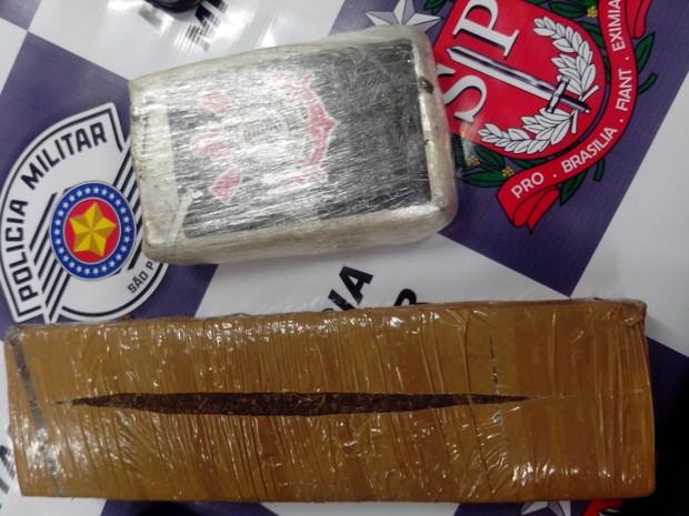 Com elas foram encontrados dois tijolos de 1,485kg de maconha e outros objetos.  (Foto: Divulgação/Polícia Militar)