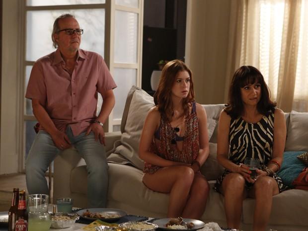 Isis e os pais ficam espantados com Maria Marta  (Foto: Artur Meninea/TV Globo)