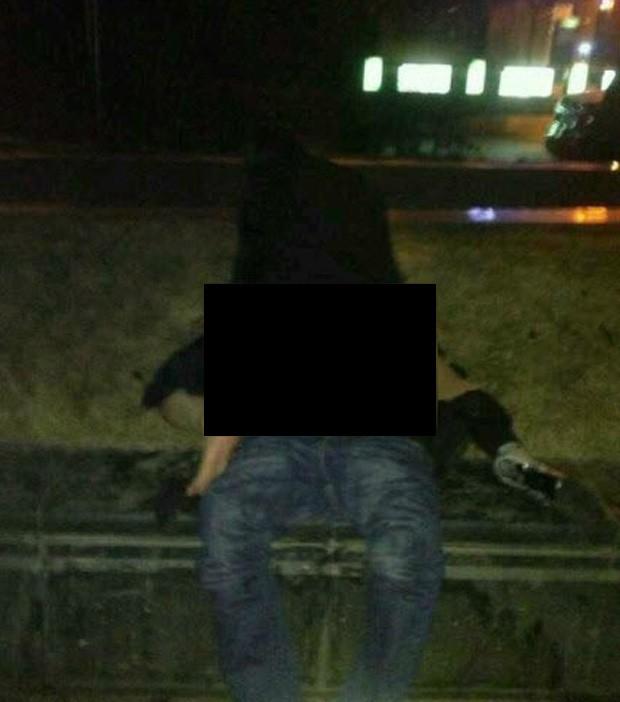 Mulher iniciou ato sexual no meio da rua e não se importou com os pedestres (Foto: Reprodução)