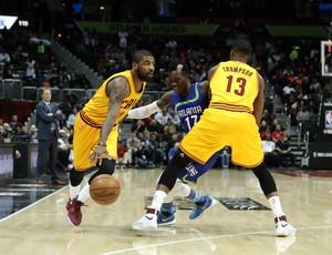 Kyrie Irving faz o drible no marcador usando o bloqueio de Tristan Thompson (Foto: Reuters)