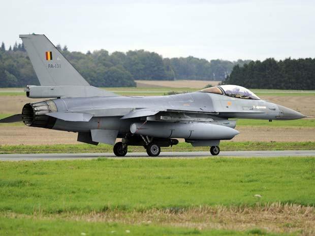 Caça F-16 da Bélgica decola nesta sexta-feira (26) para se juntar à coalizão internacional contra o Estado Islâmico no Iraque (Foto: REUTERS/Eric Vidal)