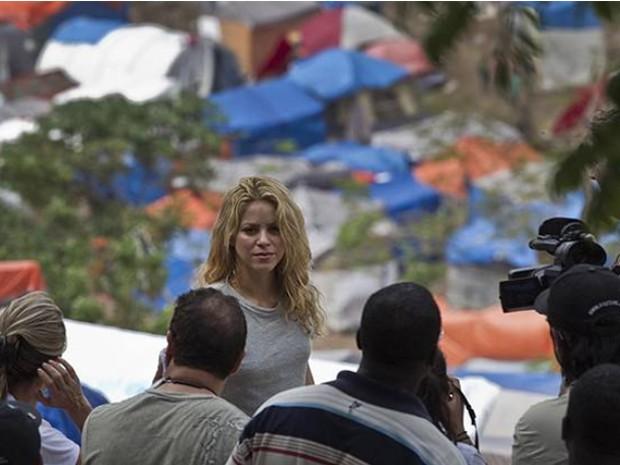 A cantora Shakira visitou em 2010 Porto Príncipe, no Haiti, onde também se encontrou com Sean Penn e com crianças desabrigadas após a tragédia (Foto: AP)