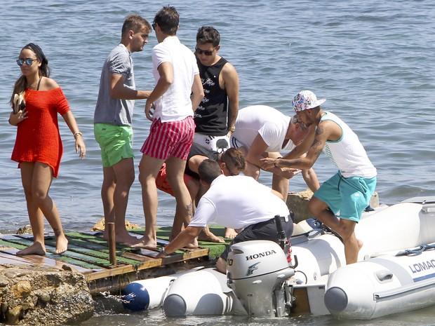 Neymar com amigos em Ibiza, na Espanha (Foto: Grosby Group/ Agência)