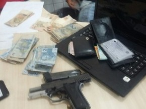 Arma foi encontrada com um dos suspeitos (Foto: Roberta Freitas/TV Tapajós)