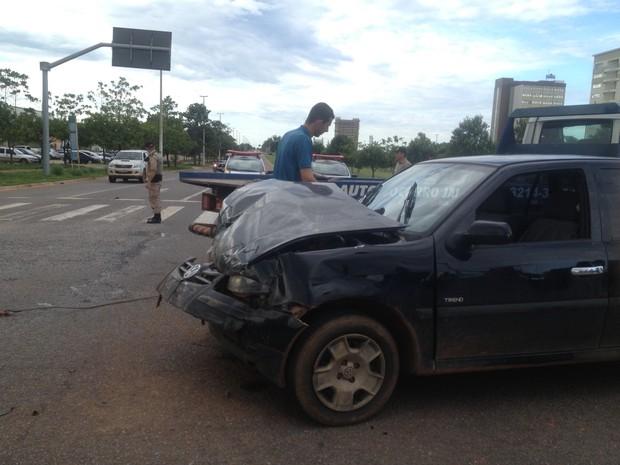 Carro envolvido em acidente na região central de Palmas (Foto: Vilma Nascimento/G1)