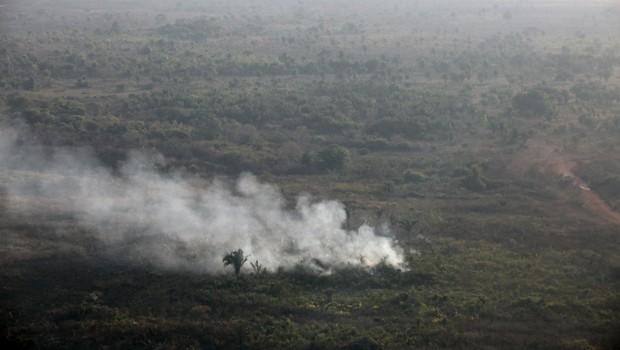 Foco de incêndio em área da floresta amazônica que está em regeneração. Desde o começo do ano, Pará registrou 4.039 focos de queimada, segundo o Inpe (Foto: Paulo Whitaker/Reuters)