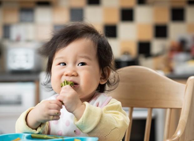 Bebê comendo brócolis (Foto: Thinkstock)