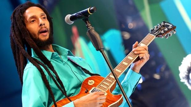 Altas Horas: Serginho entrevista Julian Marley (Globo)