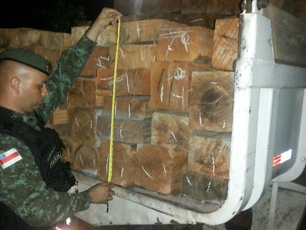 Madeira ilegal foi encontrada em estrada na interior (Foto: Divulgação/PM)