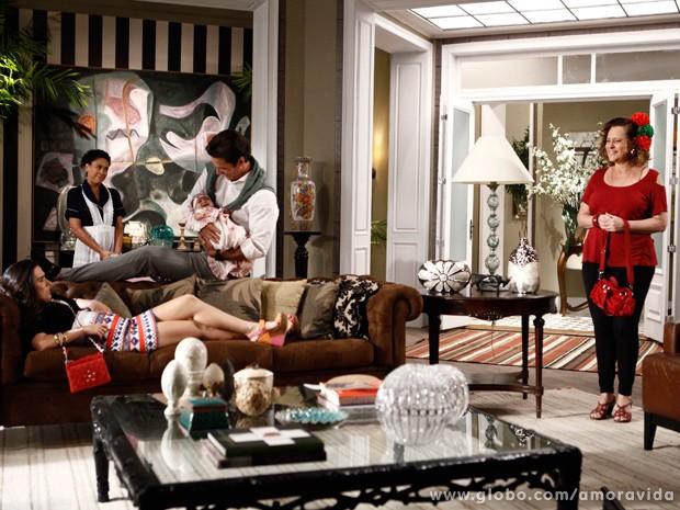 Valdirene e Márcia se instalam de mala e cuia no apartamentão de Ignácio... (Foto: Amor à Vida / TV Globo)