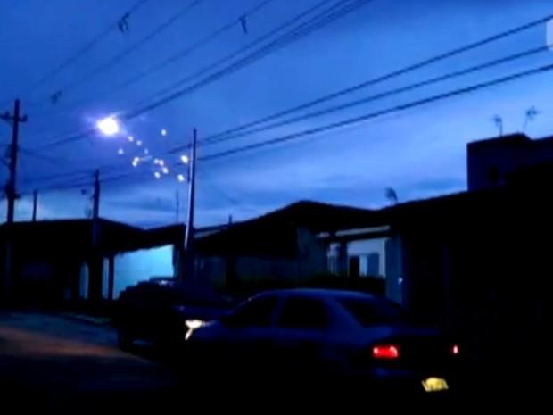 Morador registrou as faíscas na rede elétrica (Foto: Felipe Plens / TEM Você)