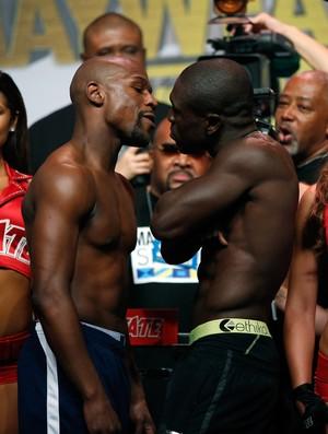 Floyd Mayweather e Andre Berto na pesagem da luta de sábado (Foto: Getty Images)