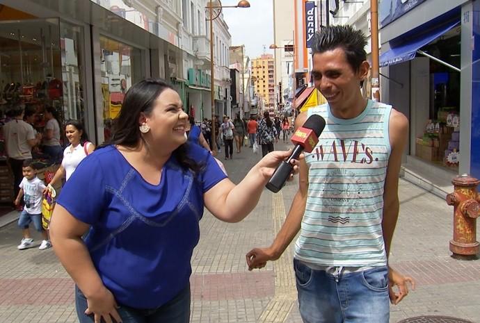 Renata colocou a galera pra dançar no meio da praça (Foto: De Ponta a Ponta / TV TEM)