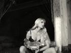 Caroline Bittencourt posa como dona de casa sexy com galinha e cachorro
