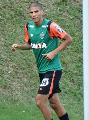 Leonardo Silva faz corrida no gramado e tem esperança de jogar clássico (Foto: Maurício Paulucci)