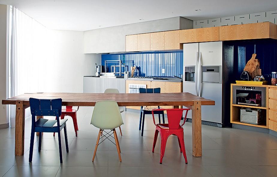 O estilo contemporâneo predomina na cozinha gourmet desta cobertura. É perfeita para reunir amigos, com churrasqueira, chopeira e TV. A proposta é do escritório Consuelo Jorge Arquitetos. No frontão da bancada, em vez de azulejos, há placas de vidro inteiriças, sem rejuntes. Facilita a limpeza