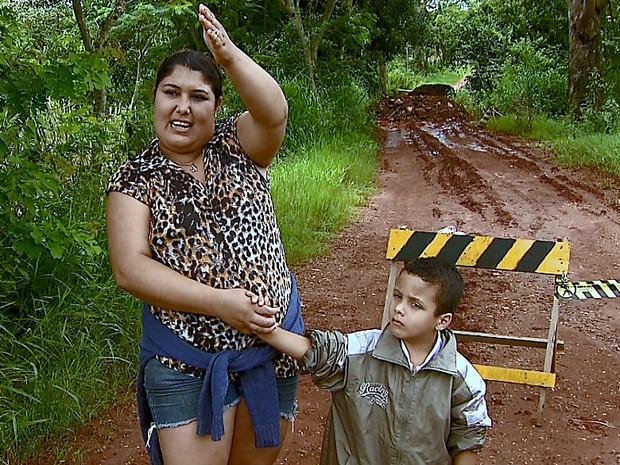 Alana Veloso teme que o filho não consiga ir para a escola (Foto: Ely Venâncio/EPTV)