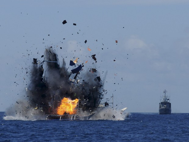 Um navio de pesca estrangeiro é destruído pela marinha Indonésia após ser pego praticando pesca ilegal na costa do país. Um total de 19 barcos do Vietnã, Tailândia, Filipinas e da China foram destruídos pelo governo indonésio em repressão à atividade (Foto:  Fiqman Sunandar/Antara Foto/Reuters)