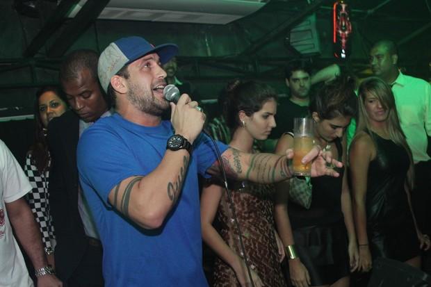 Diogo Pretto canta para Kobe Bryant (Foto: Uran Rodrigues/ Divulgação)