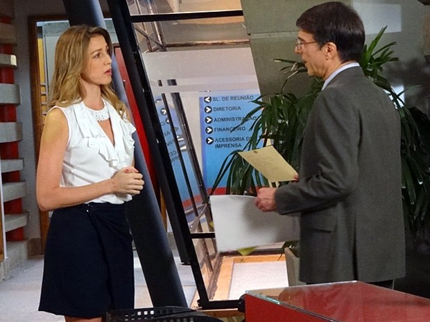 Vãnia fala com Dinorah sobre as faltas constantes de Veruska (Foto: Guerra dos Sexos / TV Globo)